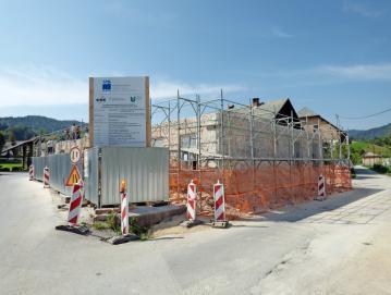 V juliju so začeli rušiti staro šolo, v kateri bo po obnovi že prihodnje leto Hiša generacij. FOTO: JURE FERLAN