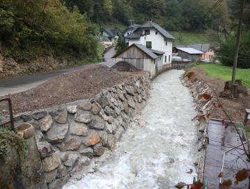 V Poljanah nadaljujejo urejanje vodotoka Hotoveljščica. Foto: Gorazd Kavčič