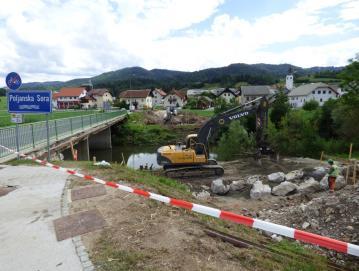 V preteklih dneh so začeli pripravljalna dela za gradnjo novega mostu čez Poljansko Soro v Gorenji vasi. FOTO: JURE FERLAN