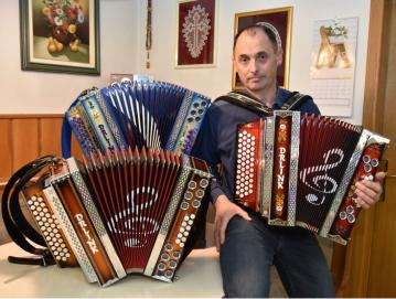 Miran Drlink je izdelal že nekaj deset harmonik. FOTO: OSEBNI ARHIV