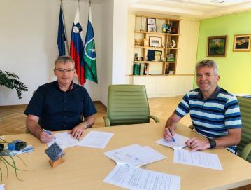 Podpis gradbenih pogodb za sanacijo ceste Murave–Gorenja Žetina in redno letno asfaltiranje Foto: arhiv občine