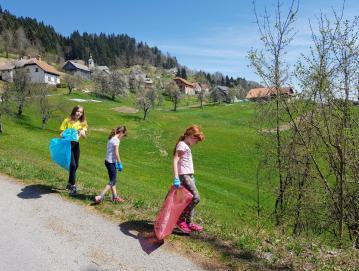 V Javorjah so v sklopu Ekološkega dne okolico čistili tudi šolarji. Foto: TD Javorje