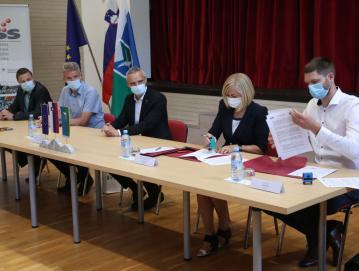 Pretekli teden so v Gorenji vasi podpisali pogodbo o izvedbi projekta Hiša generacij. FOTO: GORAZD KAVČIČ