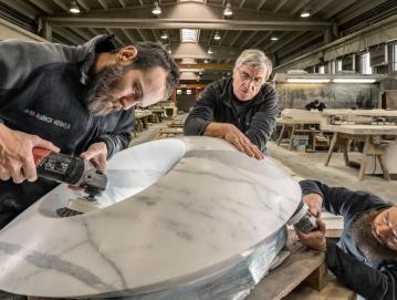 V Marmorju Hotavlje izpostavljajo, da morajo imeti delavci v proizvodnji občutek za kamen, dobre ročne spretnosti in natančnost. Foto: arhiv Marmorja Hotavlje