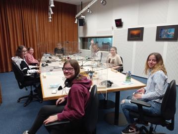 Šolske novinarke in novinarka Tadeja Bizilj v studiu