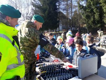 V januarju se je učencem OŠ Poljane pred šolo predstavila Slovenska vojska.