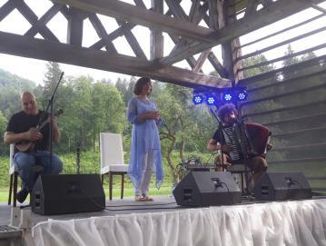Za glasbeno spremljavo Anji Štefan sta poskrbela Boštjan Gombač in Janez Dovč.