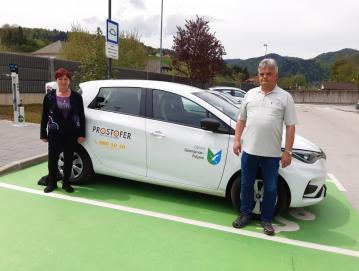 Dva od šestih prostovoljnih šoferjev v naši občini, Nina Lokar in Drago Trček, ob vozilu za brezplačne prevoze