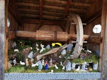 Nova pridobitev jaslic na Hotavljah – hlevček je postavljen skrajno desno. Foto: Lidija Razložnik