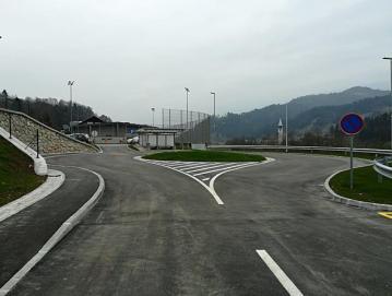 V Dobju je bilo leta 2017 zgrajeno novo križišče za naselje Dobje in Dobenska Amerika in urejeno krožno obračališče za šolske kombije, s katerim so poskrbeli za večjo varnost učencev. Foto: arhiv občine