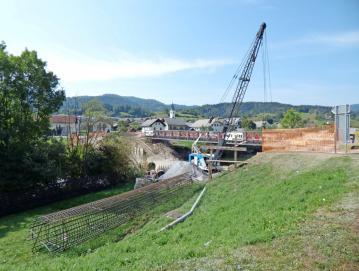 Gorenji vasi so začeli graditi nov most. FOTO: JURE FERLAN