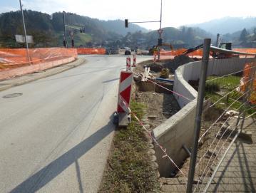 Ob državni cesti namesto semaforiziranega nastaja novo krožno križišče.