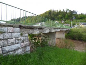 Dotrajani most čez Poljansko Soro bodo nadomestili z novim. FOTO: JURE FERLAN