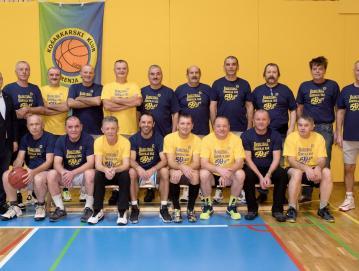 Nekdanji prvaki občine Škofja Loka – legende košarke v Gorenji vasi. Foto: Vito Debelak