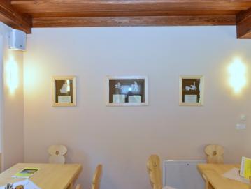 Kavarno na Visokem krasijo klekljani izdelki gorenjevaških klekljaric na temo Visoške kronike. Foto: Franc Medvešek