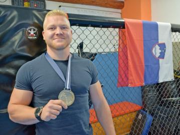Miha Frlic s svojo prvo medaljo z velikih tekmovanj FOTO: MAJA BERTONCELJ