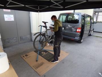 V Gorenji vasi so občanom omogočili brezplačen pregled koles. FOTO: JURE FERLAN