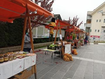 18. Teden podeželja na Loškem se je sklenil s tržnico kmetijskih pridelkov in izdelkov v Gorenji vasi. Foto: arhiv RAS