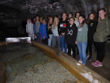 Učenci ob obisku čisto posebne jame – laboratorija, kjer raziskujejo življenje človeške ribice. Foto: Irena Selak
