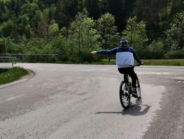 Kolesarji morajo biti posebej pazljivi pri vožnji skozi krožišče. Foto: Lidija Razložnik