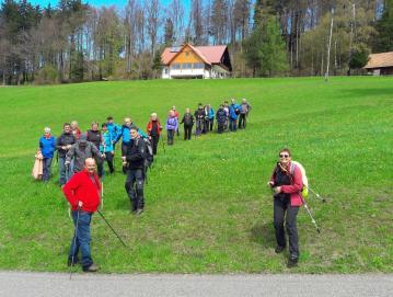 Pohodniki so letos odprli sezono občinskega pohodnega kroga 27. aprila. Prehodili so del trase v okolici Sovodnja. Na sliki pod kočo na Ermanovcu. Foto: arhiv Antona Debeljaka