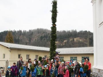 Skavti s tradicionalnimi poljanskimi zelenimi butarami pred butaro velikanko v Gorenji vasi leta 2018 FOTO: BERNARDA JESENKO FILIPIČ