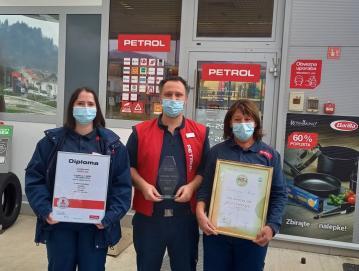 Zaposleni na prodajnem mestu Gorenja vas so veseli priznanj. Od leve proti desni: Katja Černe, Tomaž Grohan in Olga Vidmar. FOTO: ARHIV TOMAŽA GROHANA