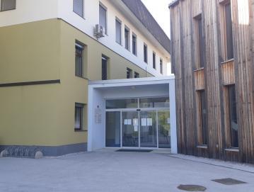 Vhod zdravstvenega doma ostaja zaprt, čeprav ambulante splošne medicine in pediatrije od 20. aprila dalje spet delujejo Foto: D. P.
