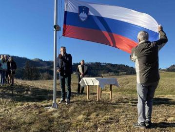 Pri Podčrtarju v Podjelovem Brdu od konca lanskega leta plapola slovenska zastava.