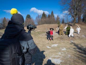 KUD Sovodenj je kulturo preselil na splet. Za pusta so z Društvom Laufarija Cerkno posneli niz video posnetkov o laufarski družini v koronskem letu. FOTO: BOJAN TAVČAR