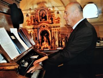 Organist Maksimilijan Rupnik je prejel nadškofijsko priznanje za 35 let orglanja in vodenja cerkvenega pevskega zbora v Stari Oselici. Foto: arhiv Maksimilijana Rupnika