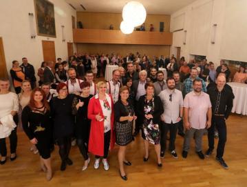 Septembra so ustvarjalci radijskega programa skupaj z lastniki in poslovnimi partnerji obeležili jubilej v škofjeloškem Sokolskem domu. Foto: arhiv Radia Sora
