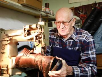 Gregorij Pustovrh – eden zadnjih nosilcev tradicije nekdanjega gorenjevaškega Čevljarja, ki še dandanes popravi marsikateri par čevljev. Foto: Vito Debelak