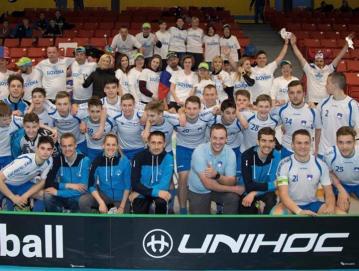 Skupinska fotografija slovenske reprezentance do 19 let in navijačev na svetovnem prvenstvu v floorballu 2019 v Kanadi