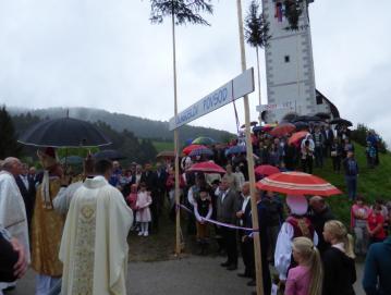 Zbrana množica po slovesnem bogoslužju v cerkvi sv. Jurija na Volči spremlja še blagoslov ceste. Foto: Jure Ferlan