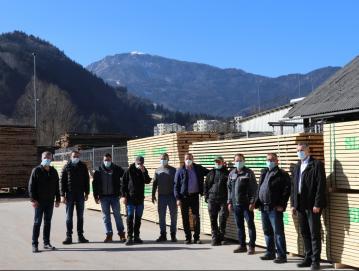 Les za hrvaško Petrinjo se je na Gorenjskem zbiral na žagi Darka Gateja v Železnikih. Na fotografiji so predstavniki donatorjev z Milanom Čadežem, županom Občine Gorenja vas - Poljane (skrajno levo), in Antonom Luznarjem, županom Železnikov (skrajno desno), ob njem je Edo Oblak, direktor Slolesa. FOTO: ARHIV SLOLESA