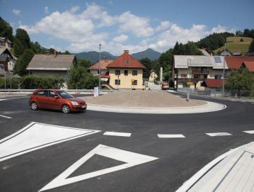 Od zgodnje pomladi do junija so na državni cesti zgradili novo krožišče v Poljanah. FOTO: GORAZD KAVČIČ