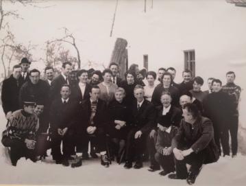 Ustanovitelji Turističnega društva Stari vrh 1. marca leta 1970 pred Žgajnarjevo hišo. V ospredju v sredini prvi predsednik društva Tomaž Demšar z ženo.
