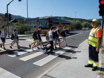 V prvih dneh pouka so za varnost šolarjev na šolskih poteh kot vsako leto skrbeli tudi člani ZŠAM Žiri. Pri semaforju na obvoznici je učence na napake pri prečkanju ceste opozarjal Miro Frelih. Foto: Primož Pičulin