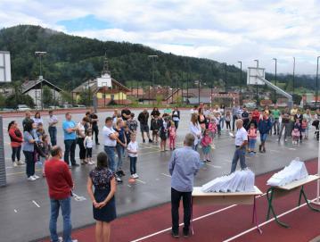 Sprejem prvošolcev na igrišču pred šolo v Gorenji vasi Foto: arhiv šole