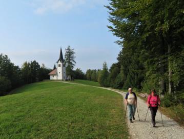 Pohodnika pred cerkvico sv. Primoža in Felicijana na Gabrški gori