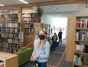 Obiskovalci morajo v prostorih knjižnice nositi masko. Foto: Bernarda Buh