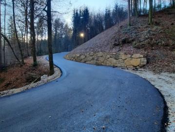 Obsežno razdejanje po poplavah leta 2014 je v dolini Hotoveljščice zahtevalo večletno postopno sanacijo. FOTO: ANTON DEBELJAK