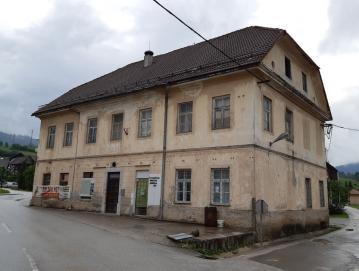 Stavbo stare šole v Gorenji vasi bodo uredili v center za dnevno varstvo starejših. Foto: D. P.
