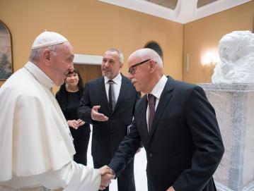 Branko Selak (desno) in kipar Mik Simčič (zadaj) na zasebni avdienci pri papežu Frančišku. Skrajno desno doprsni kip papeža Frančiška. Foto: arhiv Marmorja Hotavlje