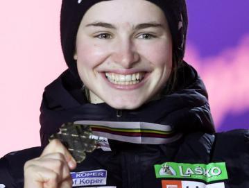 Nika Križnar je na premierni ženski tekmi na veliki skakalnici na svetovnih prvenstvih skočila do bronaste medalje. Bori se tudi za veliki kristalni globus. FOTO: SLOSKI