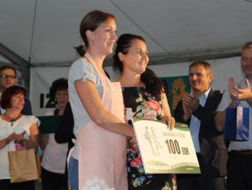 Tretjeuvrščena Katarina Demšar je za nagrado prejela bon Semenarne Ljubljana. Foto: spletna stran Koroških novic