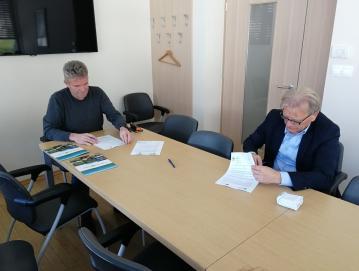 Župan Milan Čadež (levo) in direktor podjetja SGP Zidgrad Idrija Igor Božič podpisujeta pogodbo Foto: arhiv Občine GVP