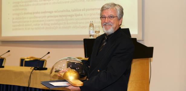 Dr. Brane Semolič z nagrado Steklarne Hrastnik
