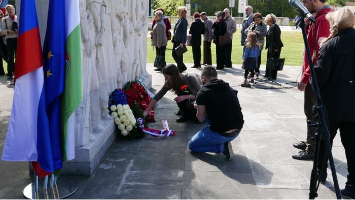 Pred spomenikom / Foto: Mirsad Begić